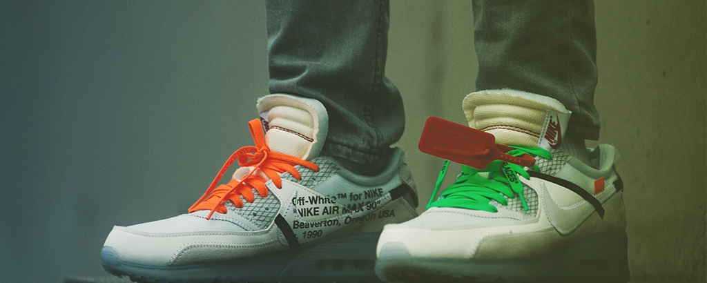 Ein Paar Off-White Sneakers
